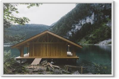 Poster i Ram Trä hus på sjön med berg och träd