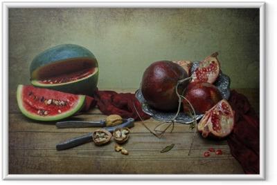 Çerçeveli Poster Kırmızı ipeksi eşarp, rustik ahşap masa üzerinde bazı ceviz ve fındık kırıcı vintage gümüş tabak yerleştirilir karpuz ve nar ile halen klasik hayat.