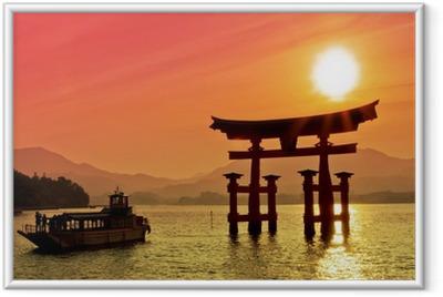 Solnedgang udsigt over Torii gate, Miyajima, Japan Indrammet plakat