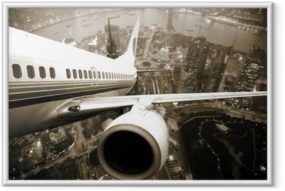 Gerahmtes Poster Flugzeugstart über der Stadt