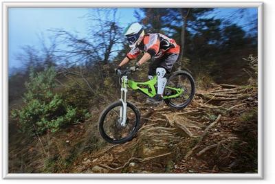 Poster en cadre Un jeune homme chevauchant un style de descente de vélo de montagne - Cyclisme