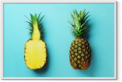Koko ananasta ja puoli viipaleita hedelmiä sinisellä pohjalla. ylhäältä. kopioi tilaa. kirkkaan ananaksen kuvio minimaaliseen tyyliin. pop art design, luova käsite Kehystetty juliste