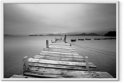 Ingelijste Poster Kijkt uit over een pier en boten, zwart en wit