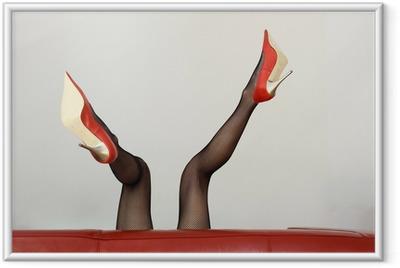 Seksikäs huppari roten high-heels liegt auf dem sohvalla Kehystetty juliste