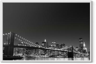 Gerahmtes Poster Brooklyn Bridge und Manhattan Skyline At Night, New York City