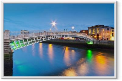 Ingelijste Poster De ha'penny brug in Dublin in de nacht, Ierland