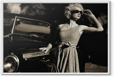 Nainen lähellä retro auto ulkona Kehystetty juliste