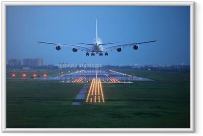 Passagerfly flyver over startbanen fra lufthavnen Indrammet plakat