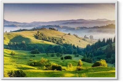 Gerahmtes Poster Grüne Hügel mit Bergen in der Ferne