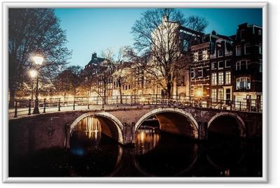Gerahmtes Poster Einer der berühmten Grachten von Amsterdam, die Niederlande in der Abenddämmerung.