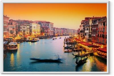 Ingelijste Poster Venetië, Italië. Gondel drijft op Canal Grande bij zonsondergang
