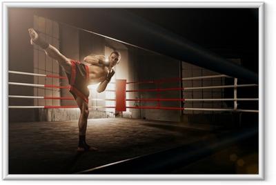 Gerahmtes Poster Junger Mann, Kickboxen in der Arena