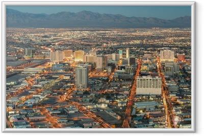 Gerahmtes Poster Las Vegas Downtown - Luftaufnahme von generischen Gebäude vor Sonne