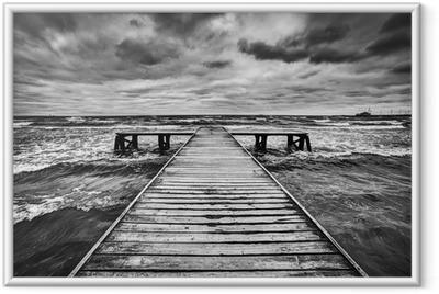 Plakat w ramie Stare drewniane molo w czasie burzy na morzu. Dramatyczne niebo