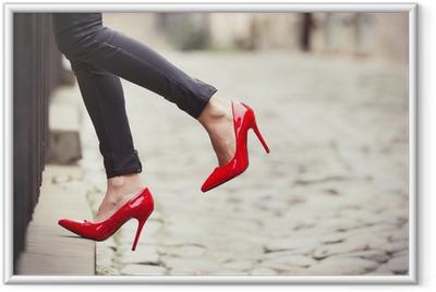 Póster Enmarcado La mujer llevaba pantalones de cuero negro y zapatos rojos de tacón alto