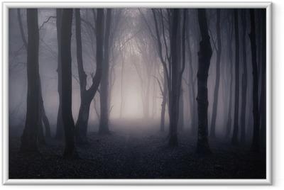 Poster i Ram Bana genom en mörk skog på natten