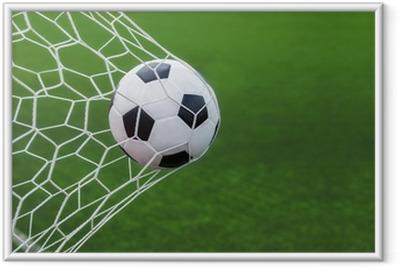 Ingelijste Poster Voetbal bal in doel met groene backgroung