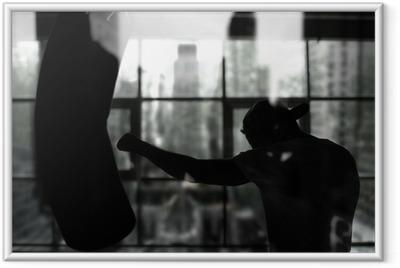 Gerahmtes Poster Boxer schlägt einen Boxsack gegen das Fenster, Training