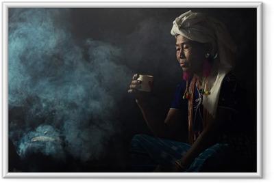 Gerahmtes Poster Stammes- Frauen riechen Düfte aromatischen Kaffee. Sie pflanzte sich