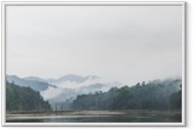 Ingelijste Poster Panorama uitzicht op de ochtend mist en dode bomen in dichte tropisch regenwoud, Perak, Maleisië