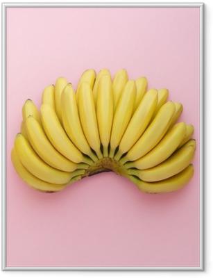 Poster in Cornice Vista dall'alto di banane mature su uno sfondo rosa brillante. stile minimal.