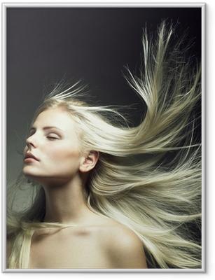 Gerahmtes Poster Schöne Frau mit herrlichem Haar