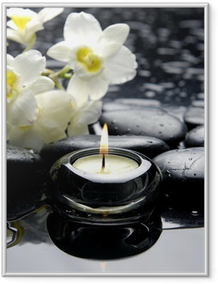 Póster Enmarcado Vela de aromaterapia y piedras de Zen con ramificación de la orquídea blanca