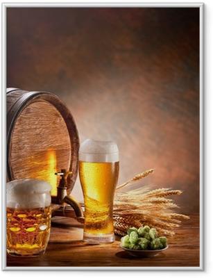 Ølfat med ølbriller på et træbord. Indrammet plakat