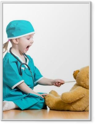 Poster en cadre Adorable enfant habillé comme un médecin joue sur blanc