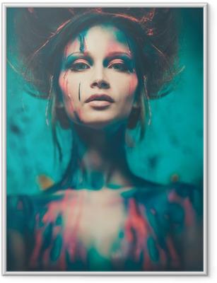 Ingelijste Poster Jonge vrouw muze met creatieve body art en kapsel