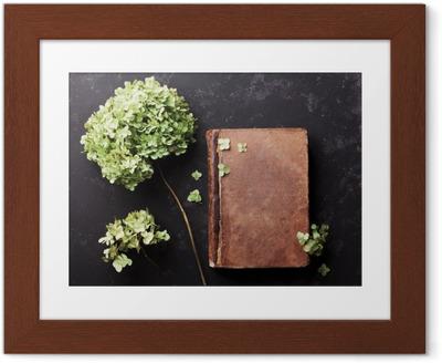 Ingelijste Poster Stilleven met oude boek en gedroogde bloemen hortensia op zwart vintage tafel bovenaanzicht. Plat styling.