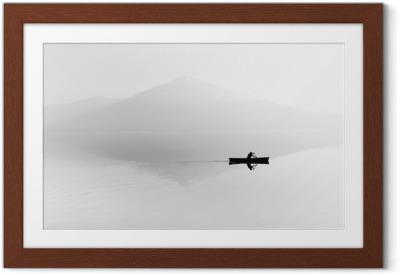 Ingelijste Poster Mist over het meer. Silhouet van de bergen op de achtergrond. De man drijft in een boot met een peddel. Zwart en wit