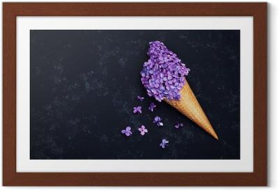 Is af lilla blomster i vaffelkegle på sort baggrund ovenfra, smukke blomsterarrangement, vintagefarve, flad lay styling Indrammet plakat