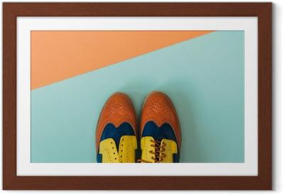 Poster in Cornice Piatto set di moda laica: scarpe vintage su sfondo colorato. Vista dall'alto.
