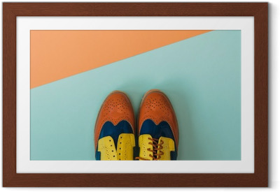 Póster Enmarcado Conjunto de moda para establecer planos: zapatos de época de color en el fondo de color. Vista superior.