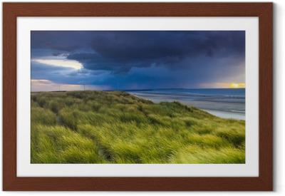 Ingelijste Poster Stormclouds over de duinen van Zeeland in Nederland