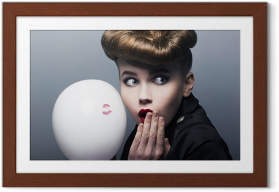 Ingelijste Poster Expressie. Verrast pin-up shopper meisje met ballon