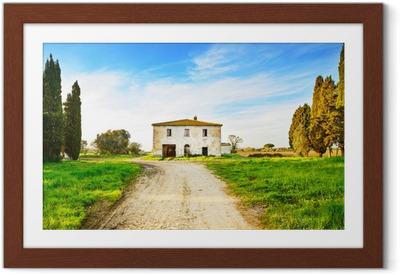 Gamle forladt landsted, vej og træer ved solnedgang.Tuscany, Ita Indrammet plakat