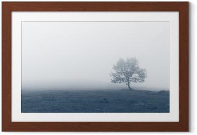Gerahmtes Poster Einsamer Baum mit Nebel