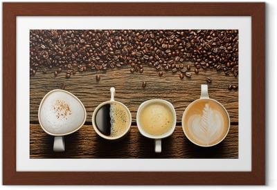 Poster en cadre Variété de tasses de café et les fèves sur table en bois ancien