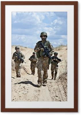 Poster en cadre Patrouillant le désert - Militaire