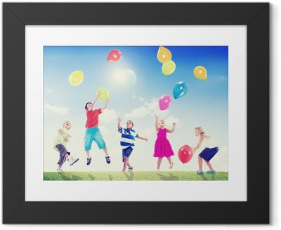 Poster i Ram Multi-etniska barn som leker utomhus med ballonger