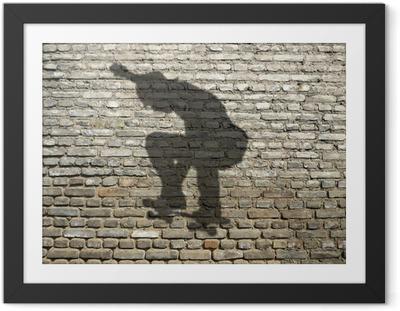 Plakat w ramie Shadow Skate Boarder na ceglany mur