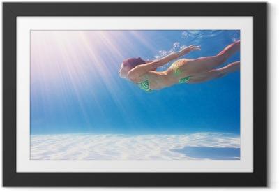 Póster Enmarcado Mujer bajo el agua en una piscina de natación azul.
