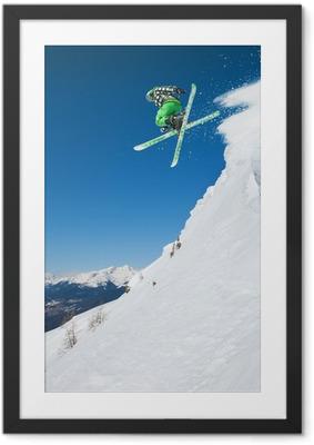 Hyppää hiihtäjä vuoristossa Kehystetty juliste