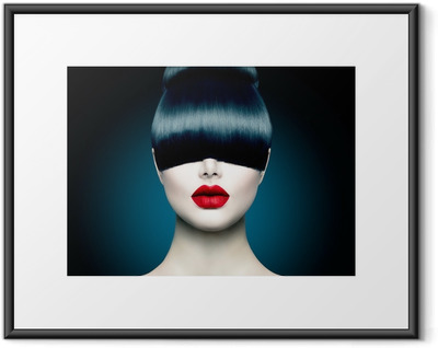 Gerahmtes Poster High Fashion Model-Mädchen-Portrait mit Trendy Fringe