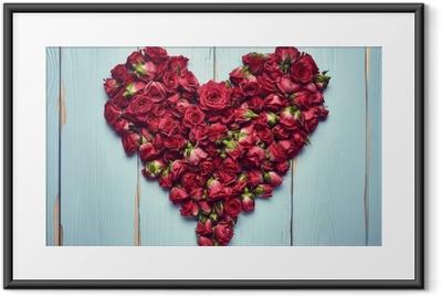 Hjerte form af roser på træ baggrund Indrammet plakat