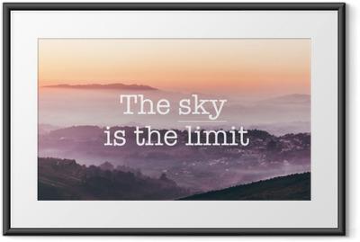 Plakat w ramie Niebo jest granicą, mgliste góry w tle