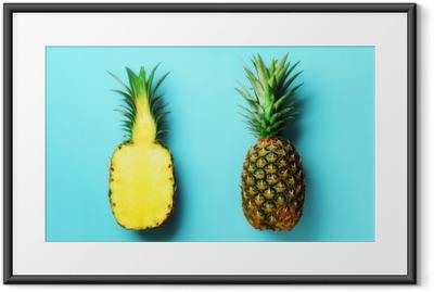 Plakát v rámu Celý ananas a půl nakrájené ovoce na modrém pozadí. pohled shora. kopírovat prostor. jasný ananasový vzor pro minimální styl. pop art design, kreativní koncept