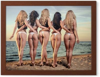 031e0e6cf37b9b Fotobehang Aantrekkelijke blonde vrouw die zich aan de kust • Pixers® - We  leven om te veranderen